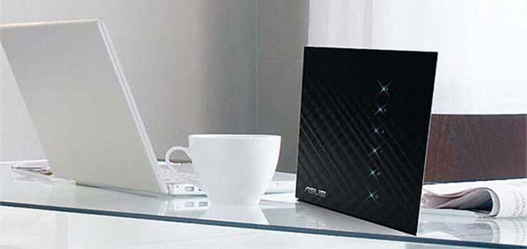 Este modelo es una de las soluciones más baratas de la lista. El producto está orientado al público que busca un router low-cost. El RT-N56U viene en un elegante color negro con decoración en la parte superior.