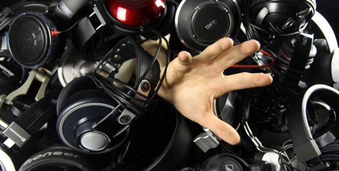 El mercado de cascos y auriculares bluetooth ha evolucionado muchísimo en los últimos años, y ahora encontramos todo tipo de calidades, características, diseños y precios. El abaratamiento de los materiales electrónicos, y la creciente presión de fabricantes independientes, está empujando a una rápida evolución en instrumentos de sonido, y los cascos bluetooth no podían ser menos