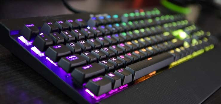 El Corsair K70 es sin duda el número uno de nuestra lista, como no podía ser de otra forma. Éste teclado es uno de los favoritos en los grupos de gaming de Facebook y Reddit, valorado increíblemente alto en las reviews de Amazon, y alabado por medios digitales mundiales como Gizmodo o Lifehacker.